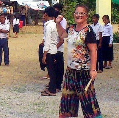 Gunvor Sarelin-Sjöblom lär skolbarn i Kambodja att spela boboll