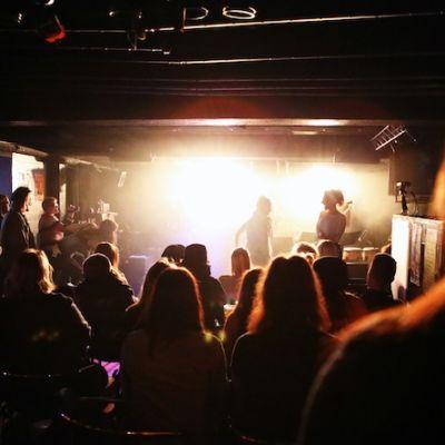 bar 15 yleisöä baarissa kuuntelemassa musiikkia