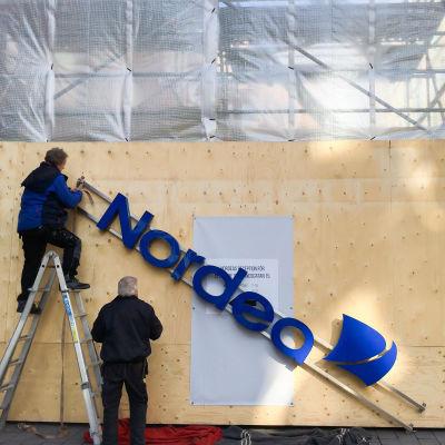 Nordeaskylt plockas ner i samband med ombyggnation av Nordeas huvudkontor i Stockholm.