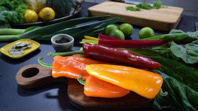 Grönsaker på ett bord i ett kök