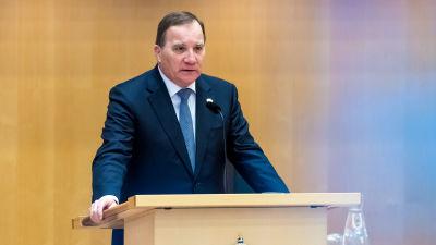Stefan Löfven vid talarpodiet i Sveriges riksdag.
