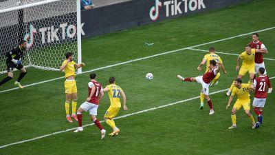 Christoph Baumgartner stöter in bollen mot Ukraina.
