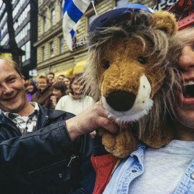 Väki juhlii jääkiekon MM-kultaa vuonna 1995