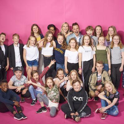 Finalisterna, dansarna och programledarna för MGP 2019 poserar tillsammans.