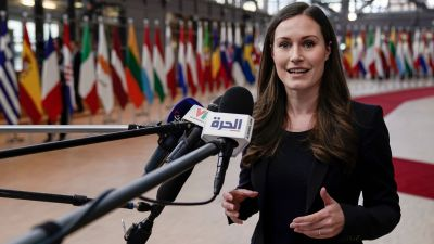 Statsminister Sanna Marin svarar på journalisters frågor i Bryssel.