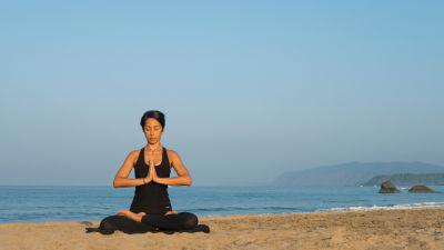 Yoga på stranden Agonda i Goa, Indien