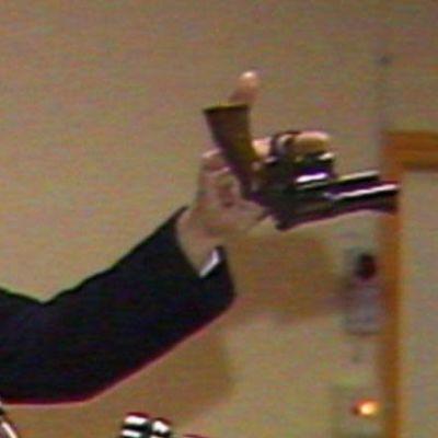 Polischef Hans Holmér håller det troliga mordvapnet, videostill