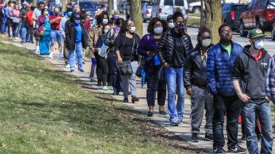 Wisconsinin Milwaukeessa äänestettiin esivaalissa tiistaina, osalla jonottajista oli hengityssuojaimet.