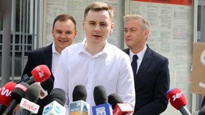Stepan Putilo talar under en presskonferens om oppositionsjournalisten Roman Protasevich framför Belarus ambassad i Warszawa, Polen.