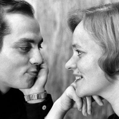 Kuvassa vasemmalla mies, Heikki, ja oikealla nainen, Kaija. He katsovat toisiaan silmiin. Kuva mustavalkoinen, pariskunta 1960-luvulta.