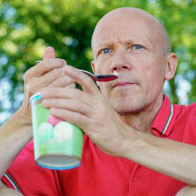 Olli-Pekka Niskanen maistaa valmistamaansa jäätelöä.