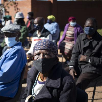 Sydafrikanska äldre väntar på sin tur att få coronavaccin i Johannesburg.