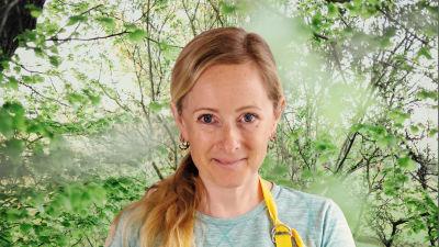 Alexandra de Paoli småler rakt in i kameran. Bakgrunden är en grönskande skogsdunge.
