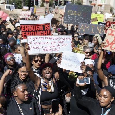 På bilden syns demonstranter som samlades i Kapstaden för att kräva att regeringen gör mer för att få slut på könsbaserat våld mot kvinnor.