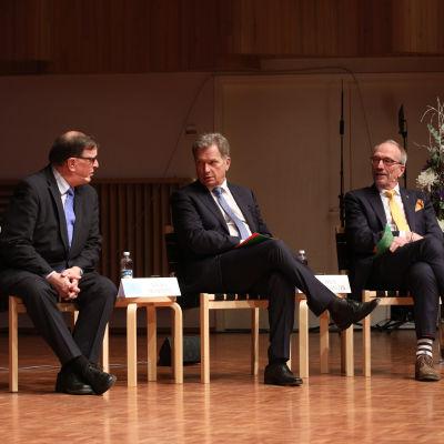 Från vänster, Paavo Väyrynen (valmansförening), Sauli Niinistö (valmansförening) och Nils Torvalds (SFP) under en valdebatt  den 10 januari 2018.
