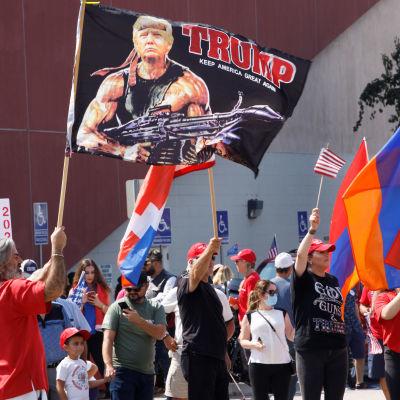 Trumps anhängare har samlats utanför Walter Reed sjukhuset i Washington.