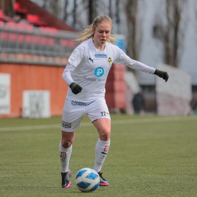 Den svenska mittfältaren Maja Göthberg i KuPS tröja.