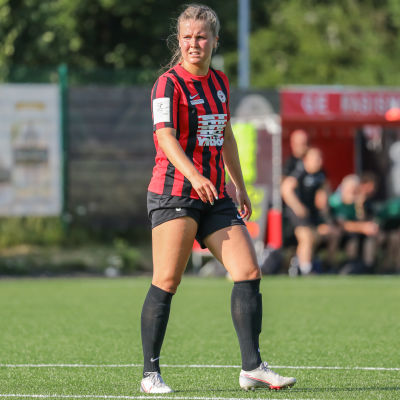 Amanda Rantanen spelar fotboll.