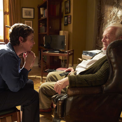 Olivia Colman sittande på soffkanten och Anthony Hopkins i en fåtölj i The Father.