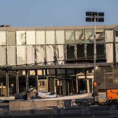 Fasaden på byggnaden var explosionen inträffade. Ett flertal fönsterrutor krossades bland annat.