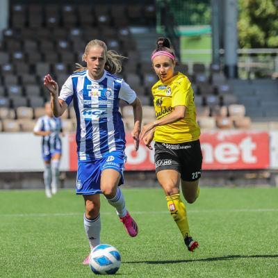 Lina Sällström med bollen mot KuPS.