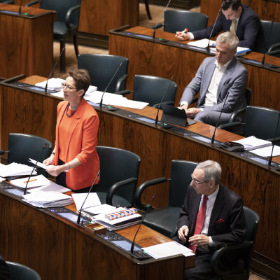 Fyra riksdagsledamöter i plenisalen, bladn annat Anders Adlercreutz, Ben Zyskowicz, Sari Essayah.