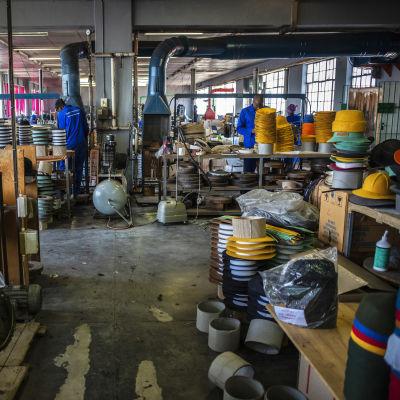 Työntekijöitä vaatetehtaalla Etelä-Afrikassa.