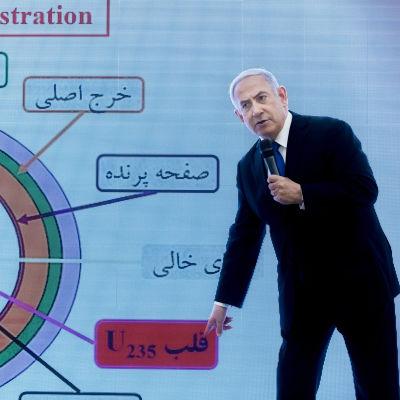 Israels premiärminister Benjamin Netanyahu hävdar i ett tal att Iran bryter mot kärnavtalet med landet.