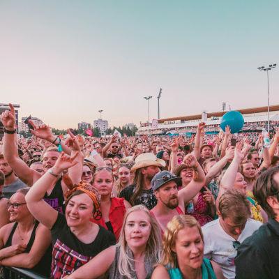 Yleisöä 30 Seconds to Mars -yhtyeen keikalla Qstockissa 2019.