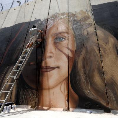 Väggmålning föreställande Ahed Tamimi.