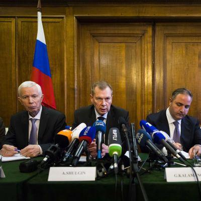 Viktor Kholstov,  Alexander Shulgin, Georgy Kalamanov och Igor Rybalchenko under presskonferens i ryska ambassaden i Amsterdam.
