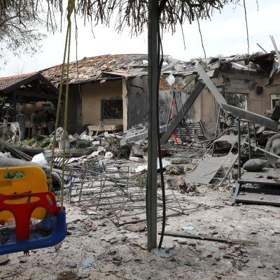 En raket förstörde flera hus i Tel Aviv.
