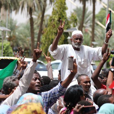 Glada sudaneser drog ut på gatorna i Khartoum för att fira den historiska övergången till demokrati