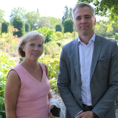 SFP:s sommarmöte i Jakobstad, på bilden står partiets ordförande Anna-Maja Henriksson och riksdagsgruppens ordförande Anders Adlercreutz.