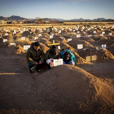 Den sydafrikanska änkan Colette Leslie samt barnen Curtley och Adreulishe sörjer deras make och far Andrew Leslie som dog av corona.