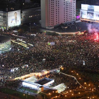 tuhannet osoittavat mieltään Varsovassa aborttilakeja vastaan