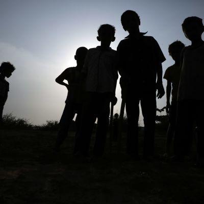 Barn på väg hem i staden Abs i Jemen under coronapandemin. Skolan är stängd på grund av kriget i Jemen och på grund av att myndigheterna försöker begränsa smittspridningen.