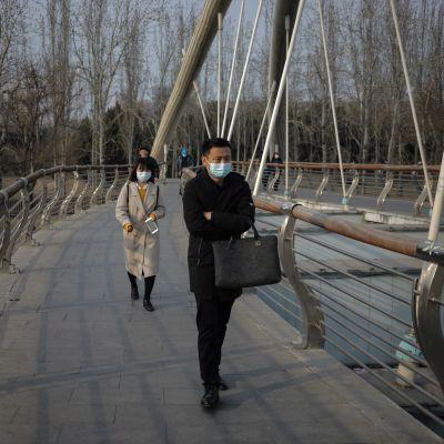 En och en kvinna på en bro i Kina