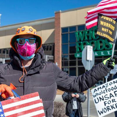 Mielenosoittajat ilmaisivat tukensa ammattiliitolle Amazonin omistaman Whole Foods -ruokakauppaketjun edustalla maaliskuussa.