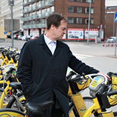 Kaupunkipyöriä tutkii Pauli Ståhlberg, kuluttajariitalautakunnan puheenjohtaja