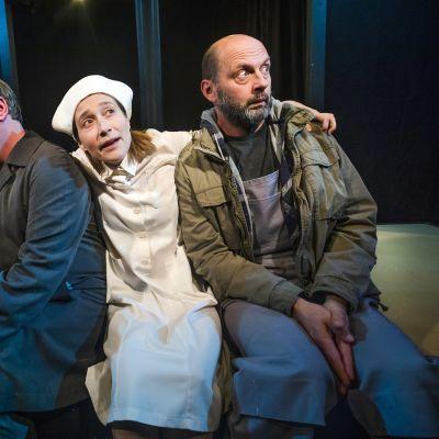 Elling-näytelmän kolme hahmot istuvat vierekkäin, naisen kädet ovat miesten harteilla.