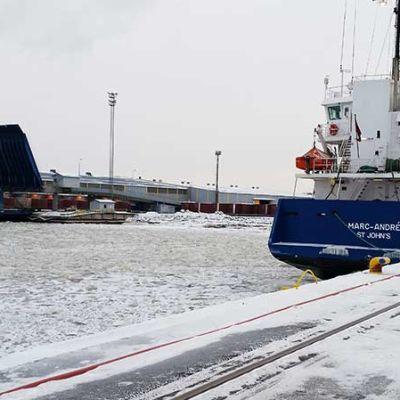 Oritkarin satama Oulussa 14.1.2016.