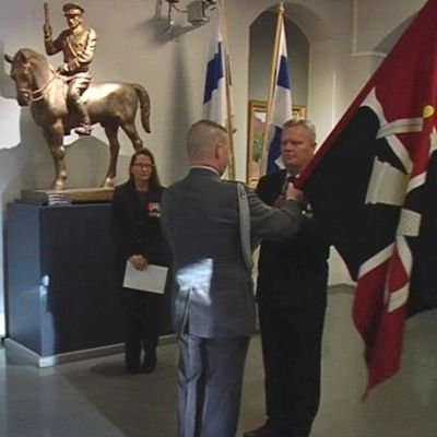 Prikaatin lippu luovutetaan Sotamuseolle.