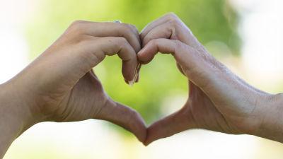 Händer som formar ett hjärta.