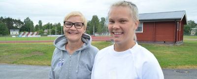 Porträtt på två kvinnor som ler.