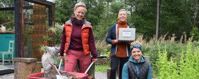 Elin, Nicke och Lena i Strömsö trädgården