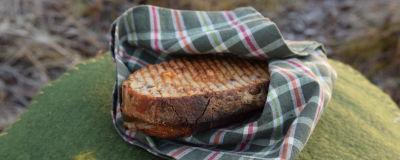 Varm smörgås i en servett