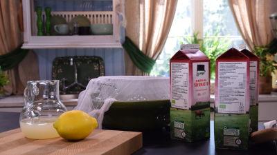 Bondost i press på ett bord i ett kök