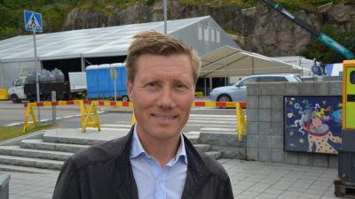 Henri Kulmala framför byggarbetsplats.