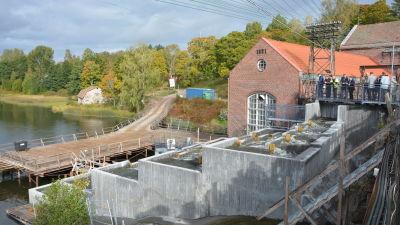 Fiskväg i betong vid ett kraftverk i en å.